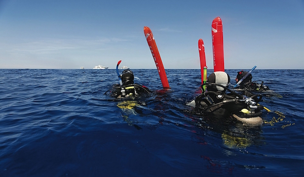 Divers_with_surface_marker_buoy