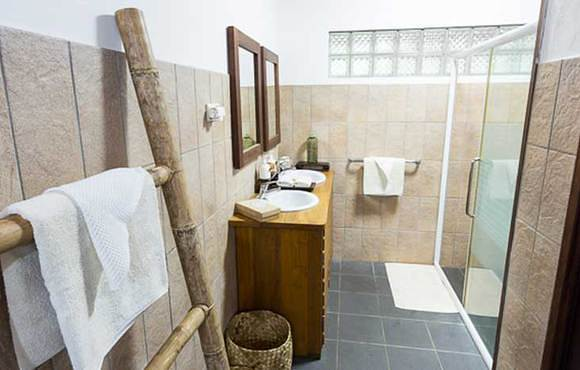 Kaimana_Cottage_bathroom