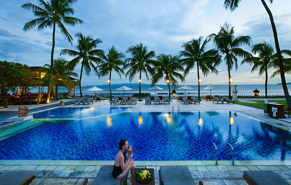 Outdoor_pool_with_direct_view_to_Indian_Ocean