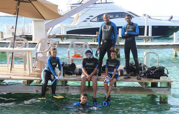 scuba divers belize