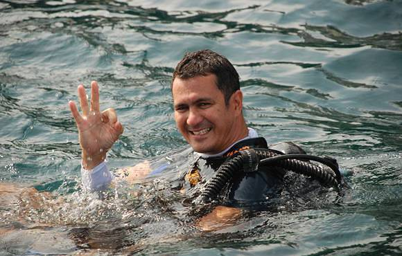 scuba_diver_giving_OK_sign_