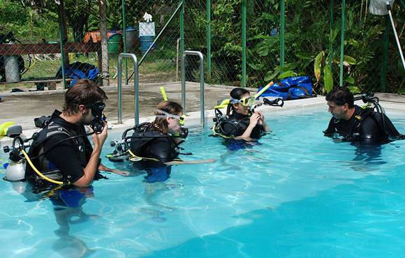 scuba_lessons_in_pool_