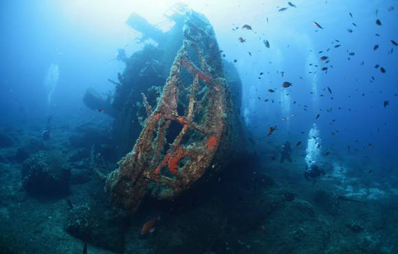 scuba_divers_on_wreck
