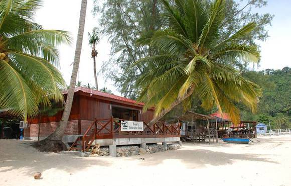 beach_with_dive_shop_tioman