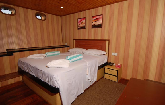 double_bed_in_cabin_on_mv_leo