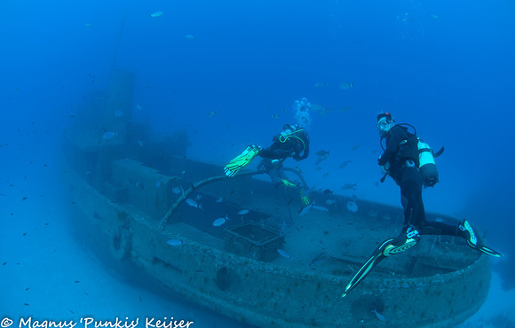 divers_on_wreck_malta