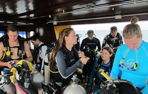 divers_on_boat