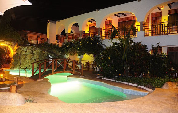 Hotel_Silberstein_pool_at_night